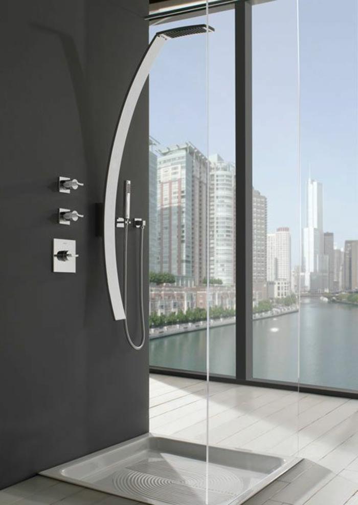 une-jolie-salle-de-bain-avec-vue-vers-new-york-beaucoup-de-batiments-belle-vue