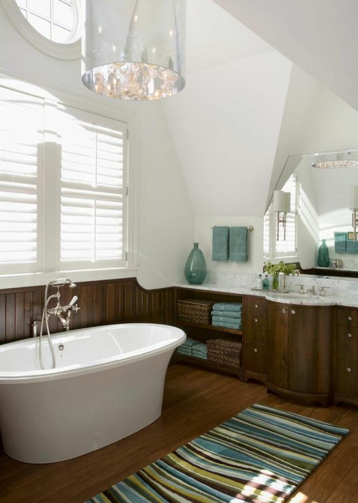 une-jolie-salle-de-bain-sous-pente-et-baignoire-blanc-tapis-ikéa-à-rayures-coloré