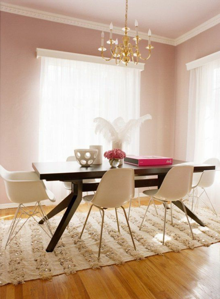 une-jolie-salle-de-séjour-avec-sol-en-parquette-clair-et-meubles-modernes
