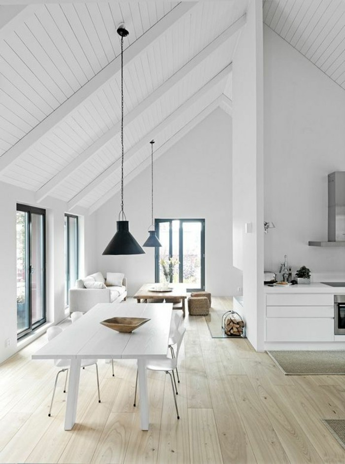 une-jolie-salle-de-séjour-sous-pente-avec-sol-en-planchers-clairs-meubles-d-intérieur
