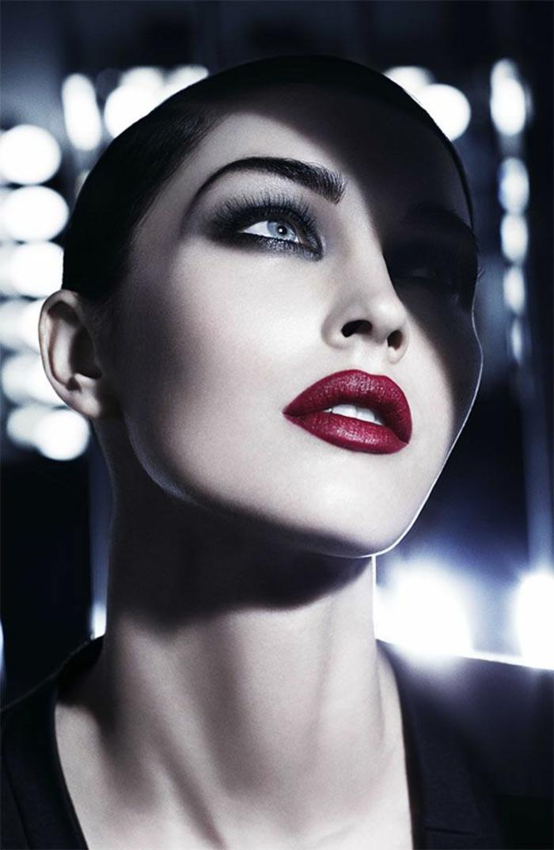 une-jolie-variante-pour-votre-maquillage-artistique-levres-rouges-yeux-bleus