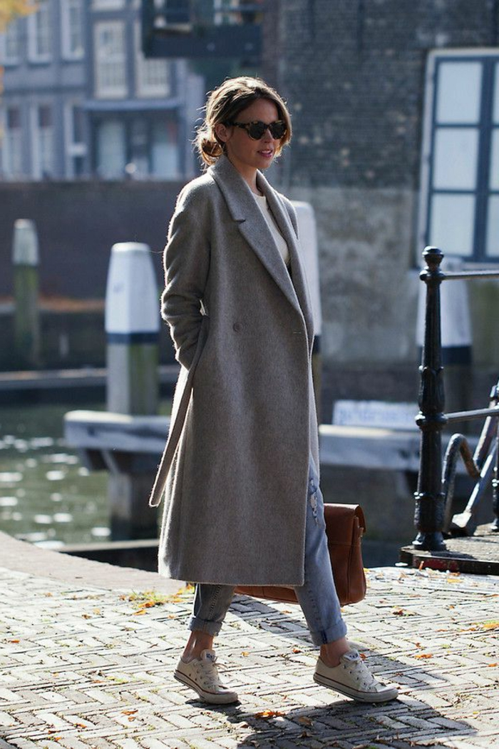 veste-matelassée-femme-avec-sneakers-blancs-manteau-gris-femme-marche-sur-la-rue