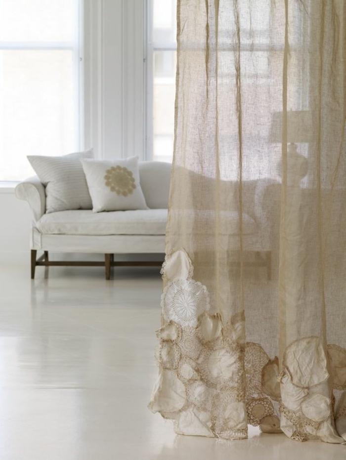 voilage-au-mertre-beige-pour-le-salon-avec-canapé-blanc-et-sol-en-lino