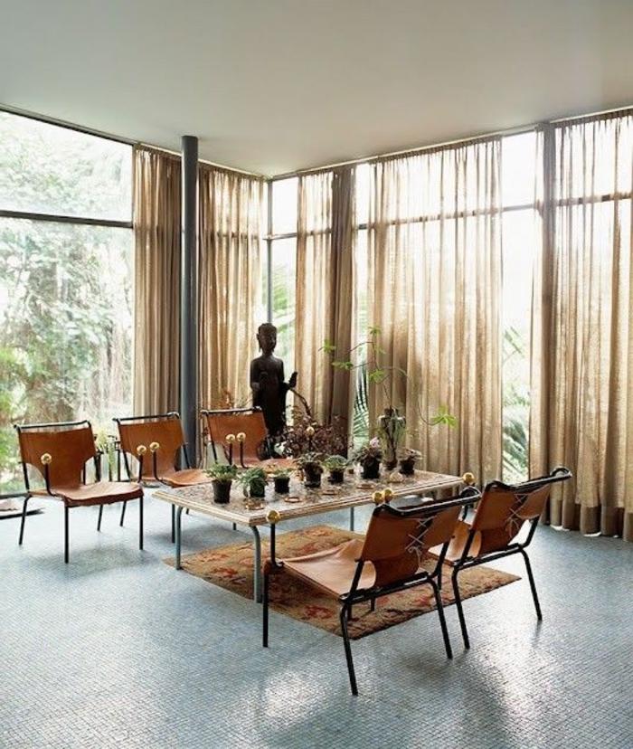 voilage-au-mertre-beige-pour-le-salon-avec-table-et-chaises-de-salon-sol-en-mosaique