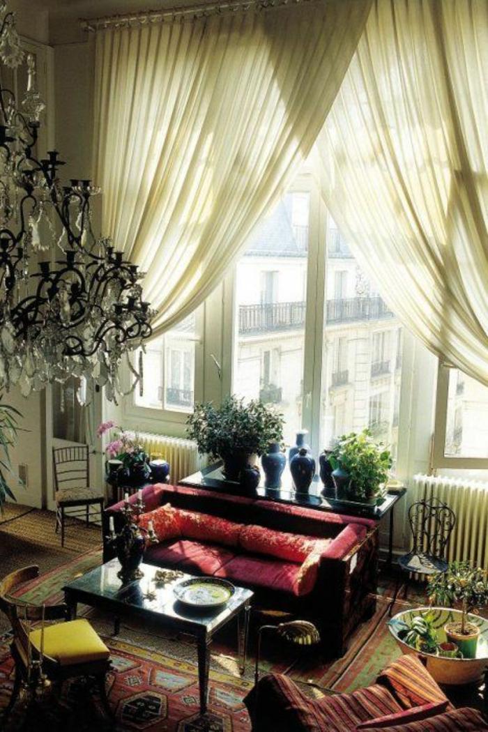 voilage-au-mertre-beige-pour-le-salon-avec-une-fenetre-grande-et-interieur-ancien