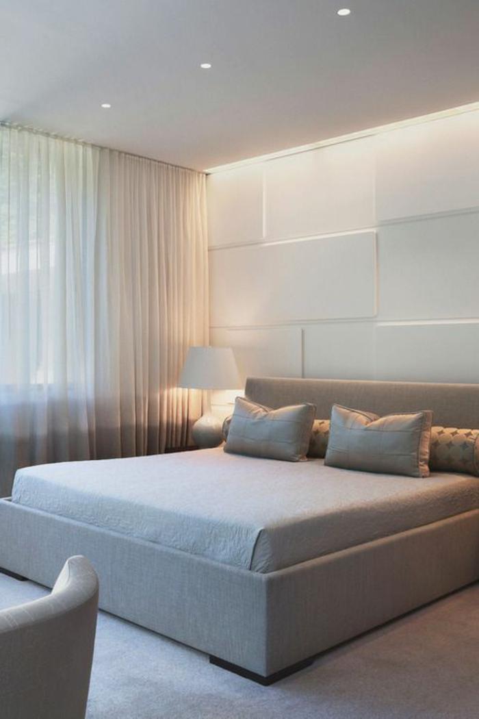 voilage-beige-dans-la-chambre-à-coucher-avec-un-tapis-gris-et-lampe-blanc