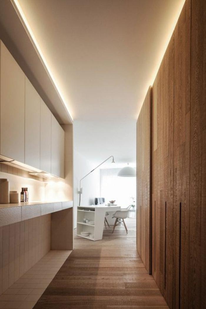 éclairage-indirect-dans-le-salon-avec-murs-en-bois-et-sol-en-bois-clair-joli-bureau-domicile
