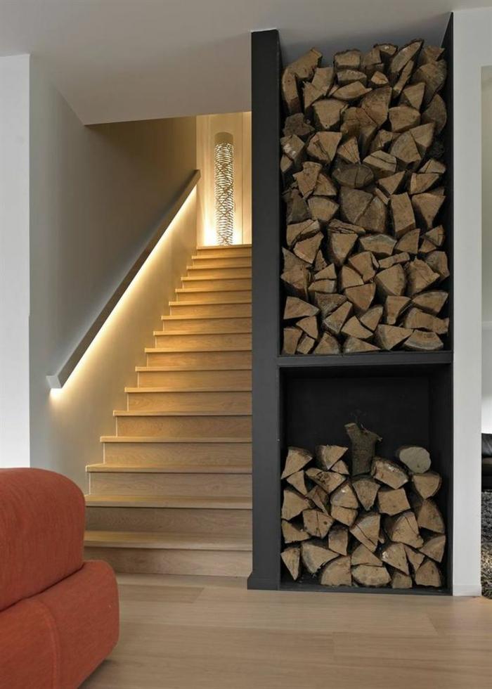 éclairage-indirect-pour-l-entrée-moderne-dans-la-maison-avec-escalier-en-bois-clair