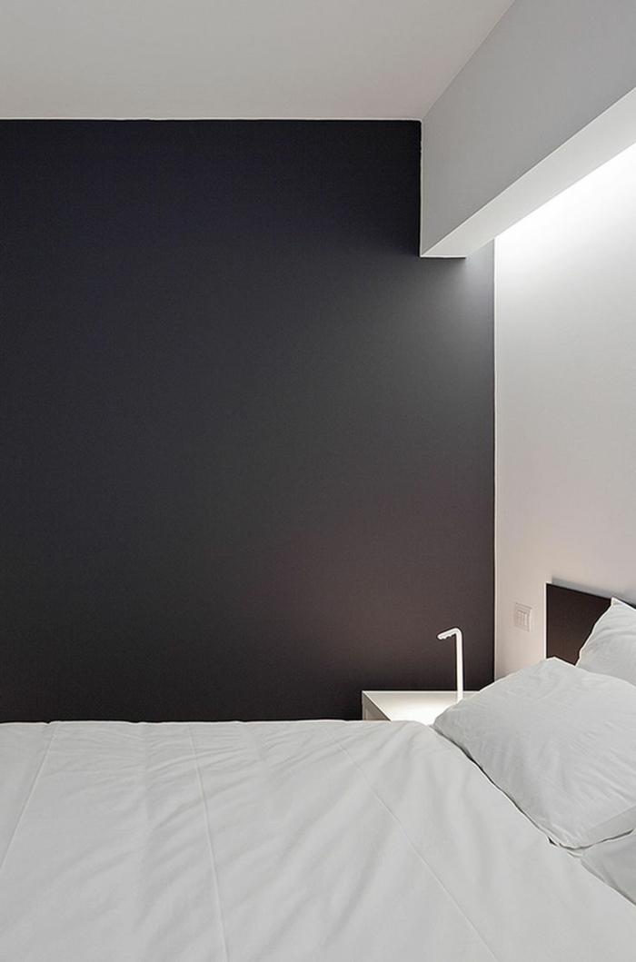 éclairage-indirect-salle-a-coucher-murs-gris-blanc-linge-de-lit-blanc-jolie-chambre-a-coucher
