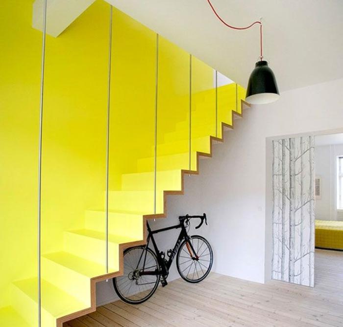 0-joli-escalier-tournant-en-bois-peint-de-peinture-jaune-pour-un-intérieur-jaune