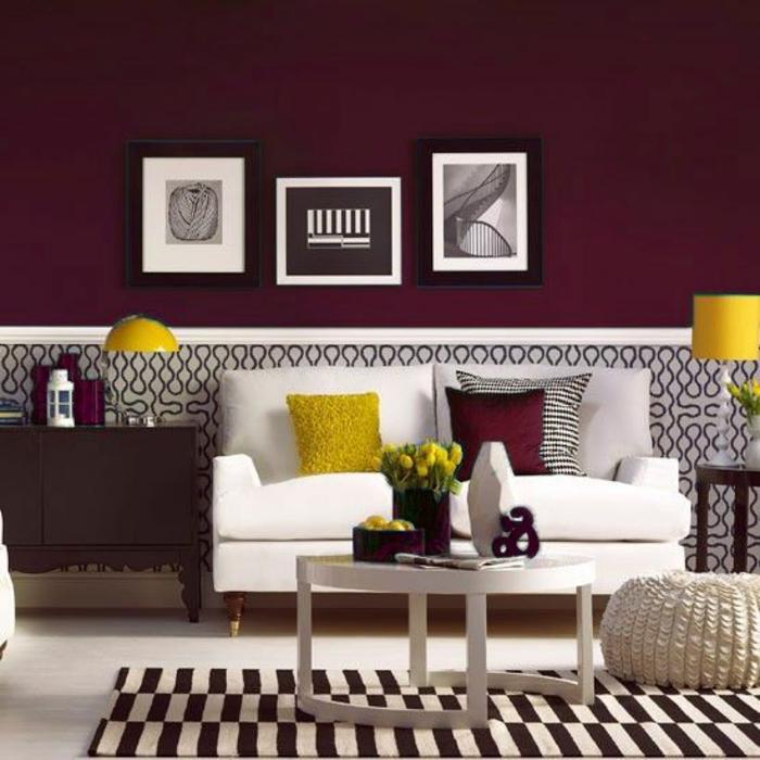 0-joli-salon-de-bordeua-couleur-et-tapis-a-rayures-beiges-et-blanches-petite-table-basse-de-salon