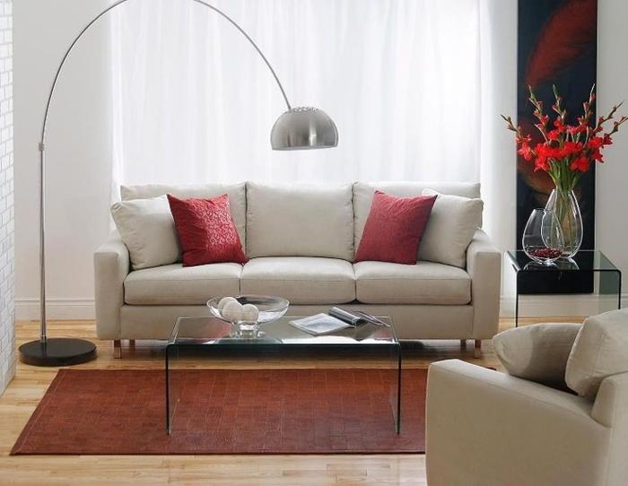 0-lampe-arc-dans-le-salon-moderne-lampadaire-alinea-en-forme-d-arc-canape-gris-coussins-rouges-fleurs-sur-la-table-de-chevet