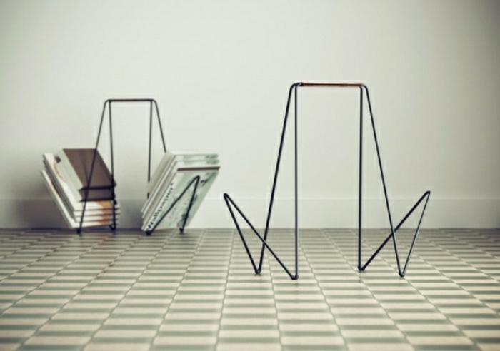 0-porte-revue-pour-votre-maison-sol-en-carrelage-blanc-et-vert-foncé-mur-blanc-comment-choisir-un-porte-revue