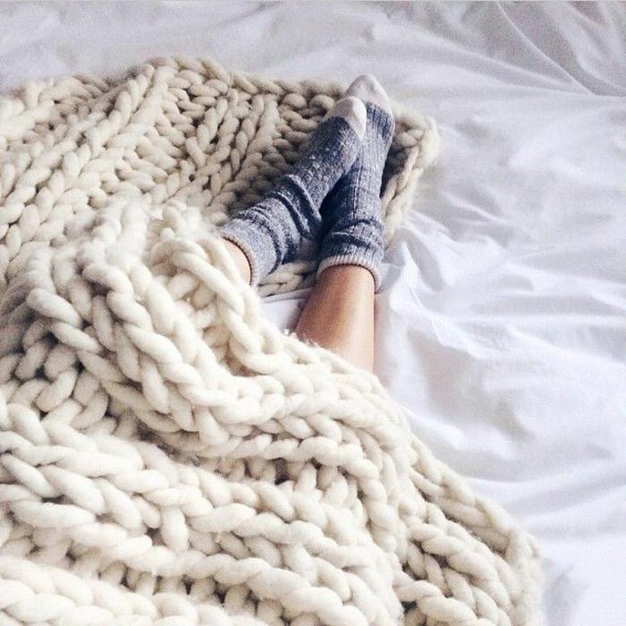 0-protege-canape-avec-un-plaid-pour-canapé-plaid-polaire-blanc-tricote