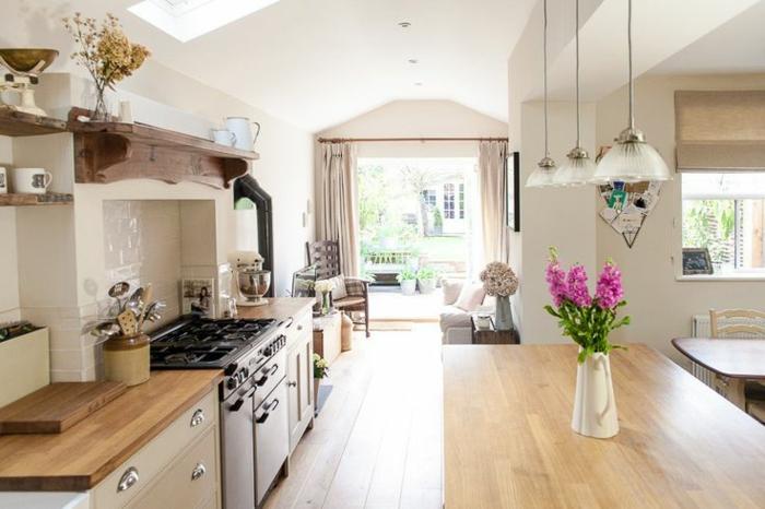 0-rénover-sa-cuisine-avec-meubles-en-bois-clair-fleurs-sur-le-bar-de-cuisine-en-bois-clair