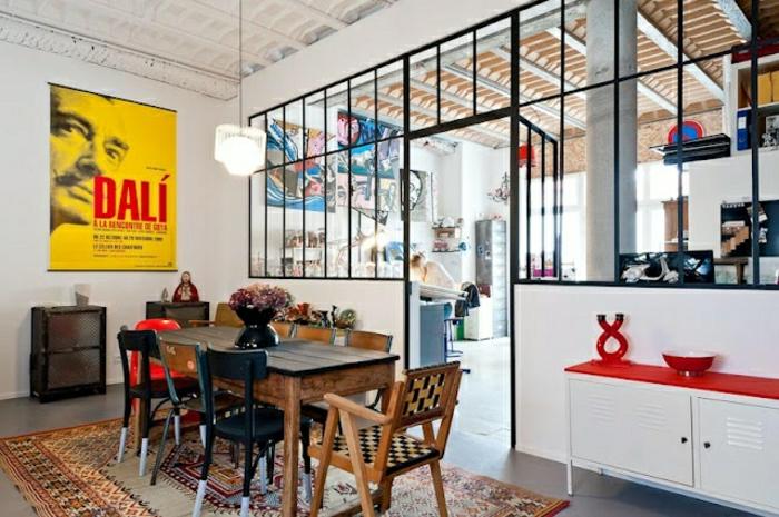 0-verriere-loft-dans-la-maison-contemporaine-moderne-avec-tapis-coloré-table-en-bois