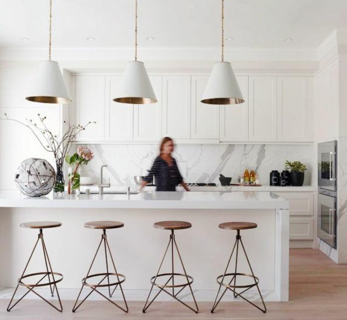 02-rénover-sa-cuisine-ilot-de-cuisine-entral-laqué-de-couleur-blanc-chaises-de-bar