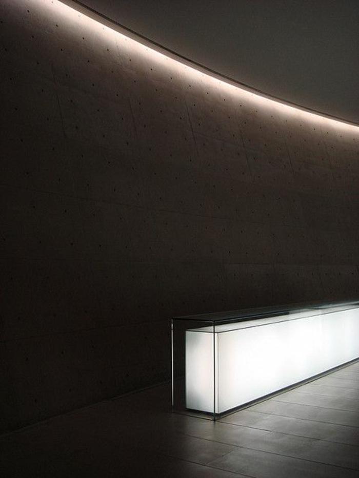 1-éclairage-indirect-eclairage-indirect-salon-avec-murs-noirs-comment-eclairer-le-salon