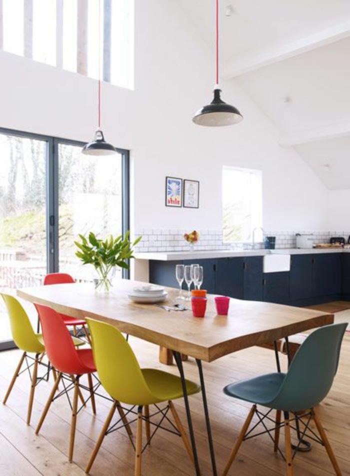 1-accorder-les-couleurs-dans-la-salle-à-manger-complete-pas-cher-table-en-bois-clair-et-chaises-plastiques
