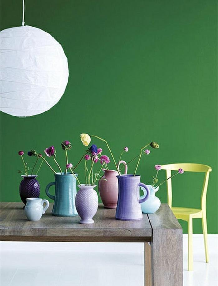 1-accorder-les-couleurs-dans-la-salle-à-manger-mur-vert-table-en-bois-dans-la-salle-de-sejour