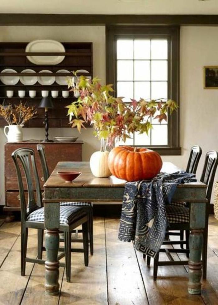 1-accorder-les-couleurs-dans-la-salle-à-manger-une-jolie-salle-de-sejour-avec-sol-en-bois
