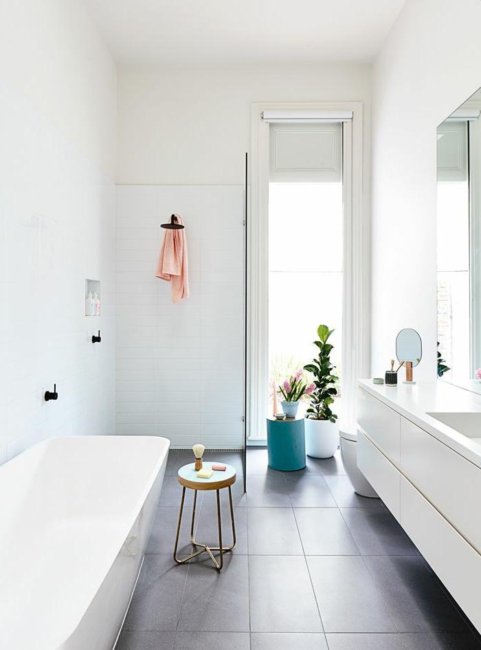 Salle de bains blanche meilleures images d 39 inspiration for Salle de bain grise et blanche