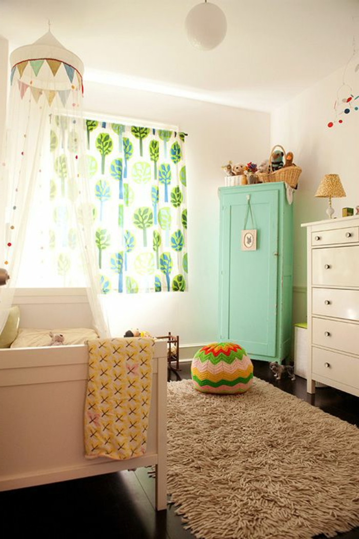 1-armoir-enfant-de-couleur-bleu-ciel-avec-tapis-beige-et-rideaux-longs-sol-noir