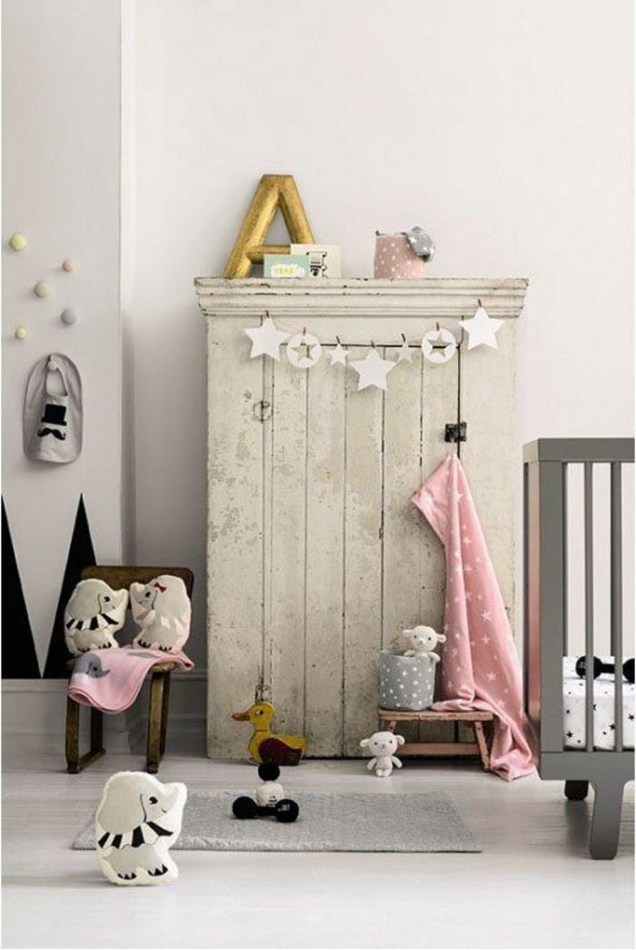 1-armoir-enfant-en-bois-de-couleur-gris-sol-en-parquet-beige-murs-beiges-et-tapis-gris-pour-la-chambre-bebe