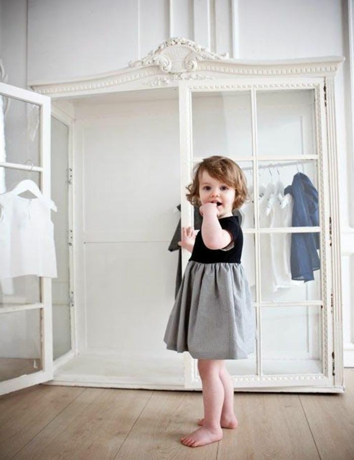 1-armoire-enfant-ikea-pas-cher-pour-la-chambre-d-enfant-sol-en-parquet-clair-mur-blanc