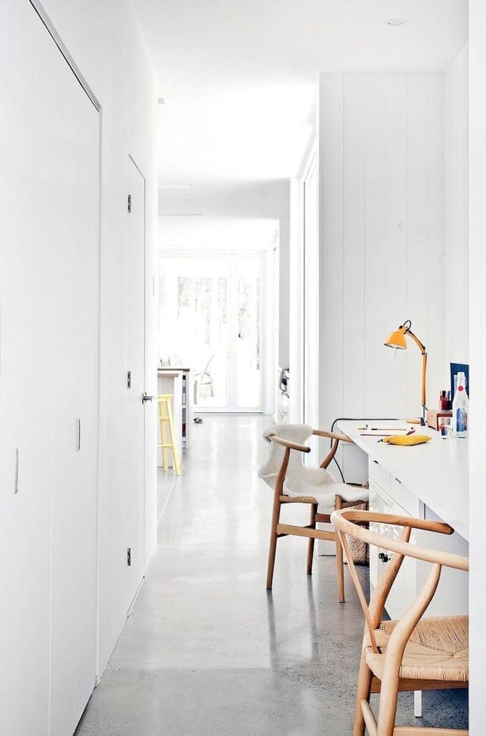 1-astuces-feng-shui-pour-creer-un-joli-coin-de-bureau-feng-shui-avec-chaises-en-bois-clair-et-sol-en-lino-gris