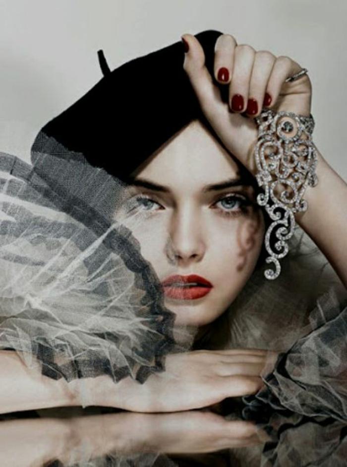 1-béret-femme-noir-béret-casquette-noir-yeux-bleus-levres-rouges-yeux-bleus