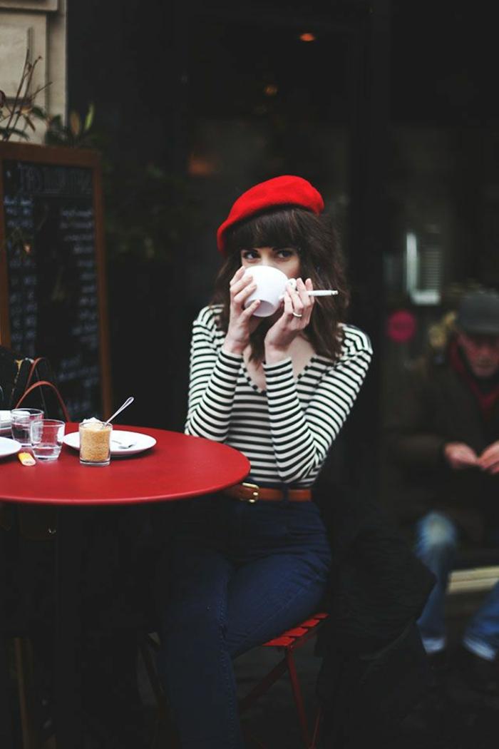 1-béret-femme-rouge-avec-blouse-a-rayures-blanches-et-noires-pour-les-filles-modernes