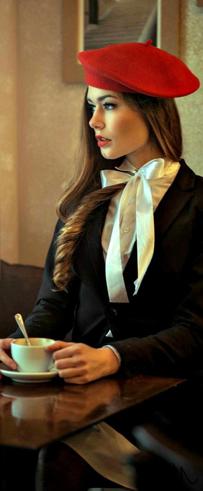 1-béret-femme-rouge-ccheveux-longs-une-vision-rétro-chic-ruban-blanc-papillon-blanc