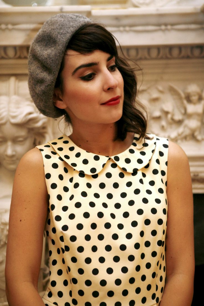 1-béret-gris-pour-les-filles-retro-chic-une-jolie-robe-a-points-noirs-sur-la-robe-blanche