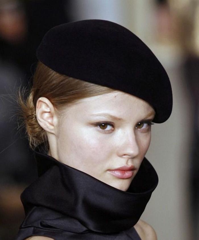 1-béret-pas-cher-noir-pour-les-filles-blondes-yeux-marrons-levres-rouges-visage-pale