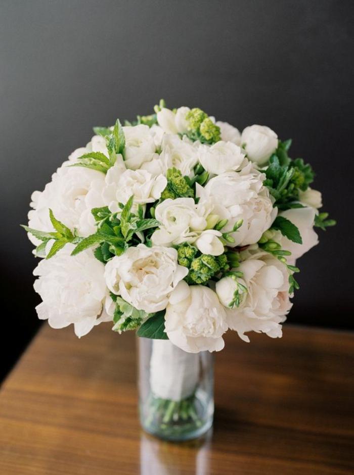 1-bouquet-de-mariée-rond-avec-fleurs-blancs-comment-choisir-les-fleurs-pour-le-bouquet-de-mariée