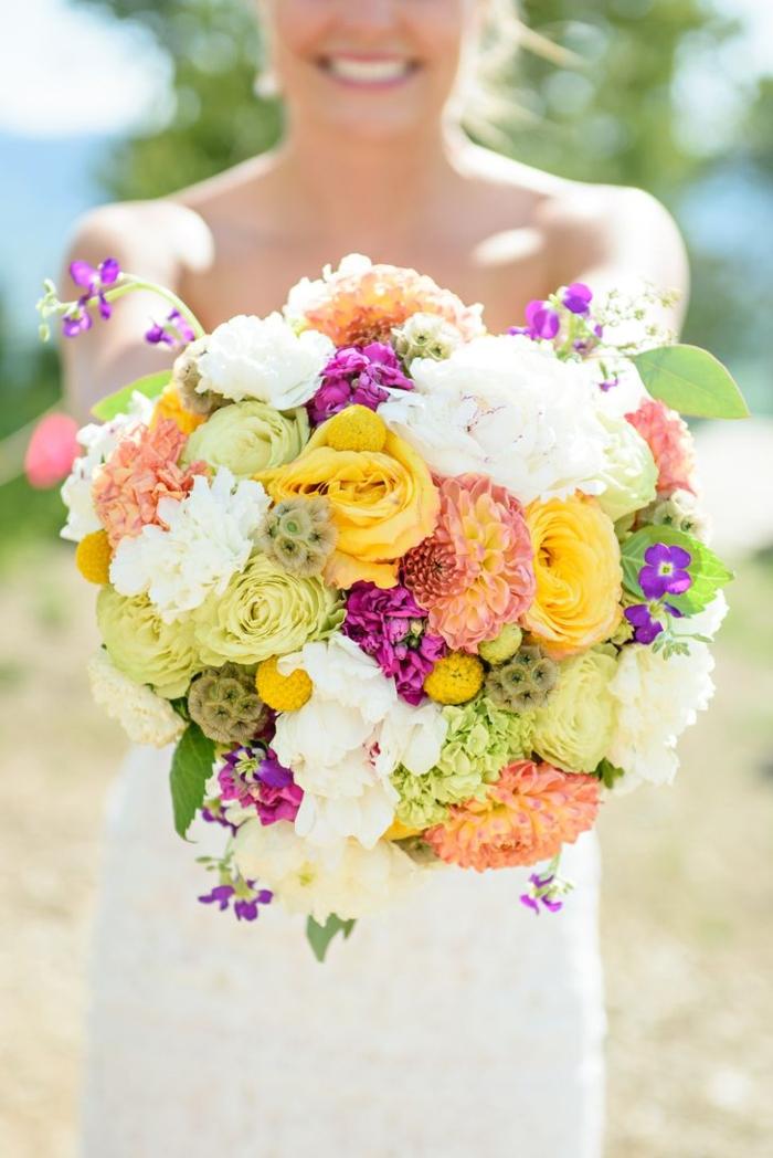 1-bouquet-de-mariée-rond-avec-fleurs-colorés-pour-le-jour-de-mariage-robe-blanche-