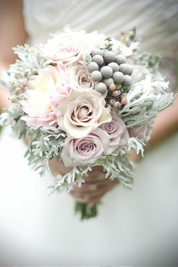 1-bouquet-de-mariée-rond-bouquet-champetre-et-robe-de-mariee-blanche