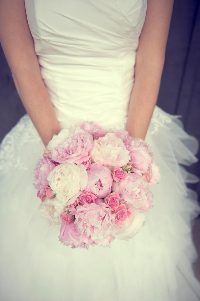 1-bouquet-de-mariée-rond-rose-robe-blanche-joli-design-de-la-robe-avec-fleurs-roses