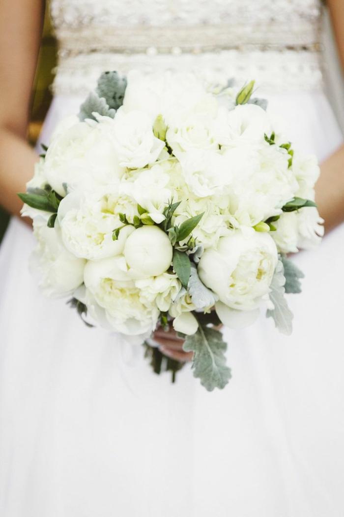 1-bouquet-mariée-pivoine-blanc-quel-bouquet-choisir-pour-le-jour-de-mariee-jolie-robe-de-mariee-blanche
