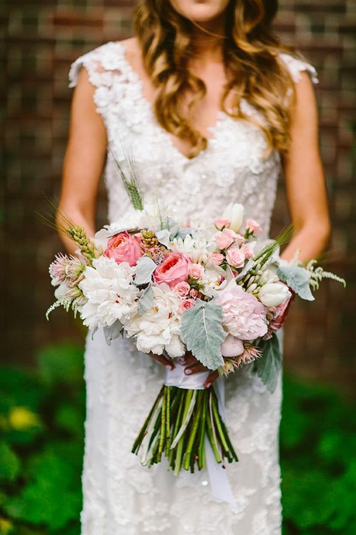1-bouquet-mariée-pivoine-joli-bouquet-champetre-pour-le-jour-de-mariee-robe-blanche
