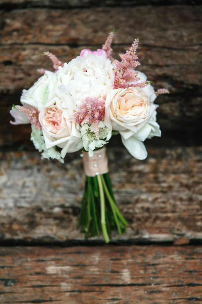 1-bouquet-mariee-rond-avec-fleurs-blancs-et-roses-joli-bouquet-de-fleurs-ronds-joli-bouquet