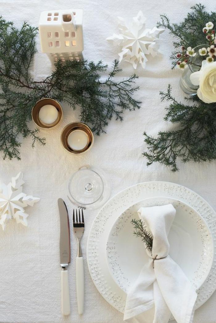 1-branche-de-sapin-pour-decorer-la-table-de-noel-comment-decorer-pour-noel-une-idee