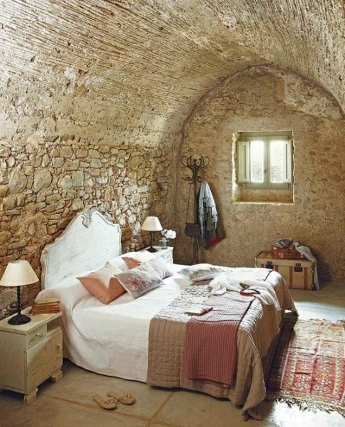 1,chambre,a,coucher,avec,mur,en,pierre,