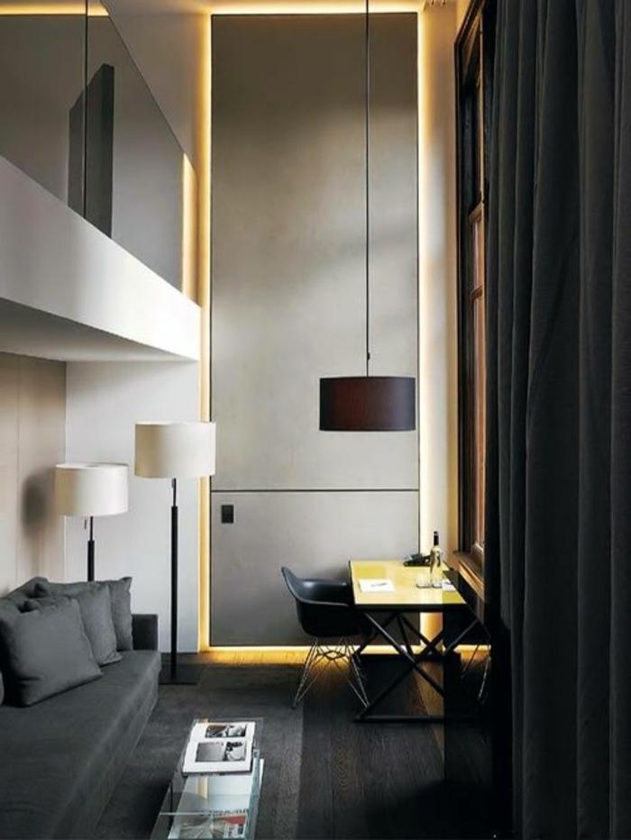 1-comiche-eclairage-indirect-dans-le-salon-rideaux-longs-noirs-dans-le-salon-moderne