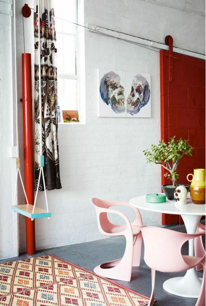 1-comment-accorder-les-couleurs-dans-la-salle-à-manger-un-joli-tapis-coloré-beige-et-rouge-porte-en-bois-rouge