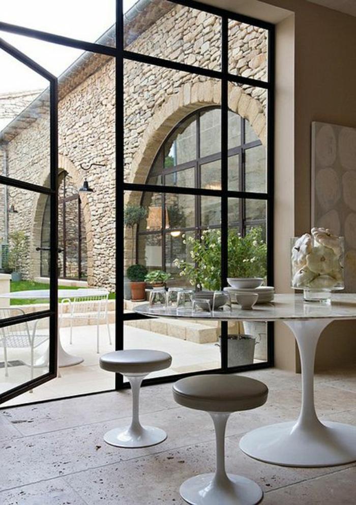 1-comment-bien-aménager-le-salon-avec-une-tabouret-tam-tam-pas-cher-blanche-table-tulipe-blanche