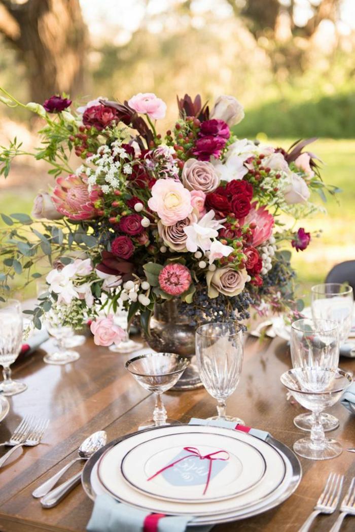 1-comment-bien-decorer-la-table-voici-un-joli-gros-bouquet-de-fleurs-colorés