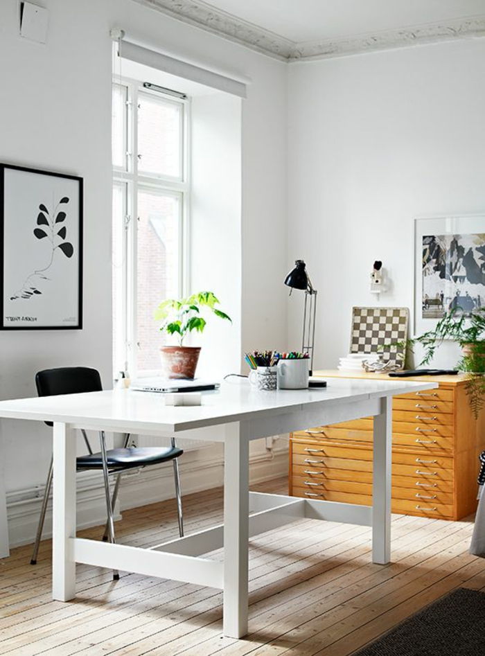 1-comment-creer-un-bureau-feng-shui-sol-en-planchers-en-bois-clair-et-chaise-noire-plante-verte-d-interieur