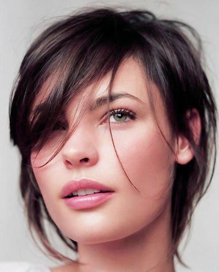 1-coupe-de-cheveux-dégradé-femme-jolie-moderne-levres-roses-yeux-verts-cheveux-courts